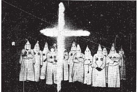 Le 16 octobre 1925, le Toronto Star a publié cette photo décrivant une cérémonie KKK à London, Ont. où 1000 membres encagoulés initiaient 100 nouvelles recrues dans leur organisation pour la suprématie blanche.